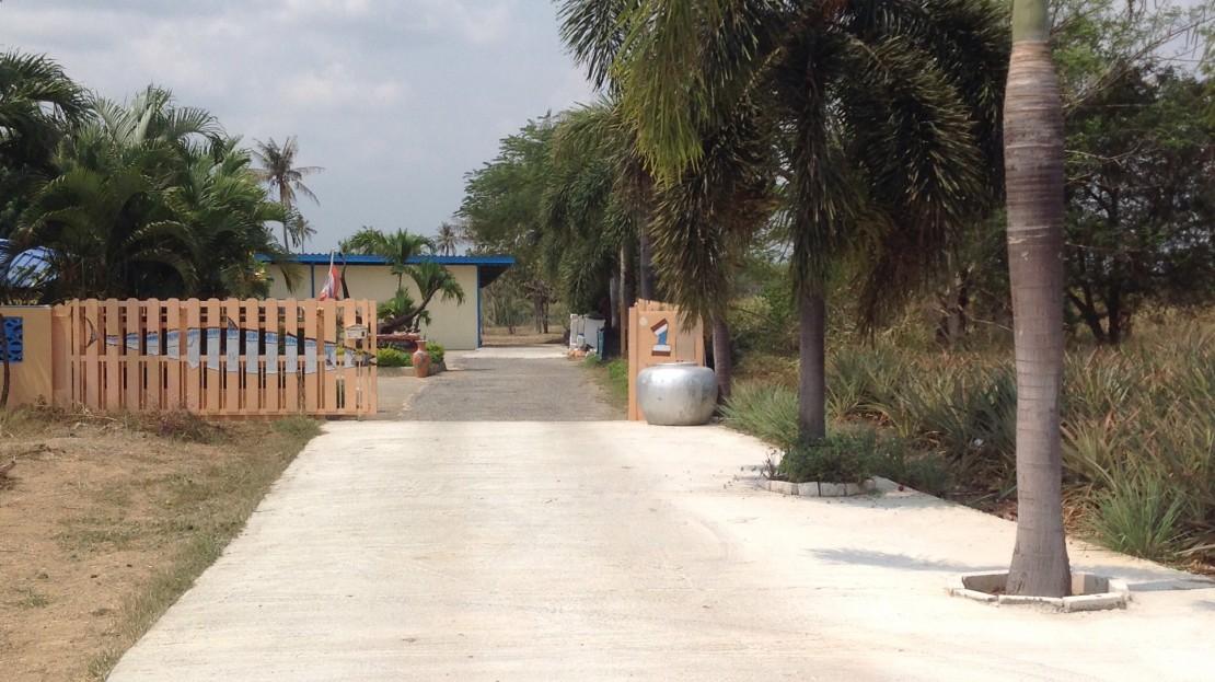 [:en]Entrance road to the Duplex Home for Sale in Pranburi[:th]Entrance road to the duplex home in Pranburi[:de]Entrance road to the duplex home in Pranburi[:]