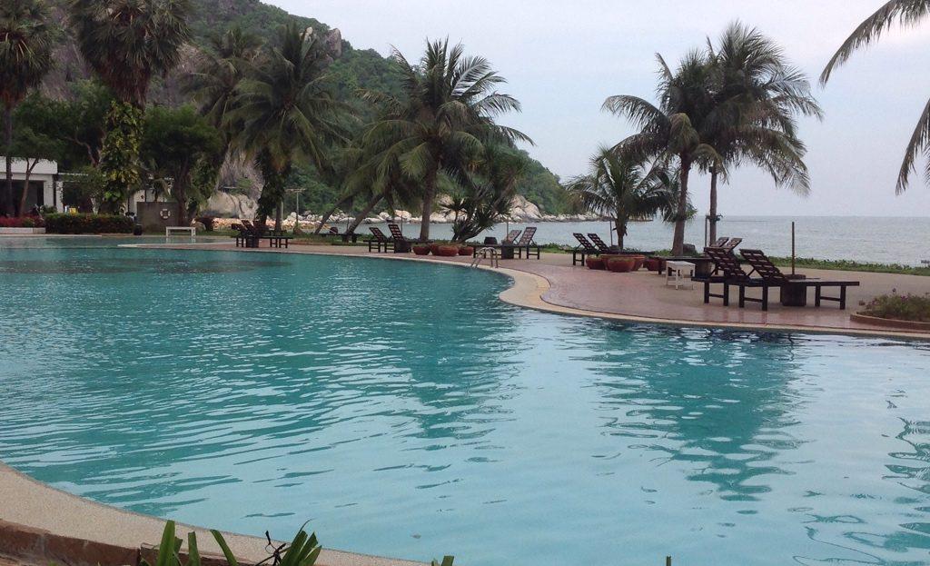 [:en]Large Pool - Khao Tao Beach Front Condo for Sale[:th]ขายคอนโดติดทะเล เขาเต่า[:de]Großer Pool - Khao Tao Beach Front Condo zum Verkauf[:]